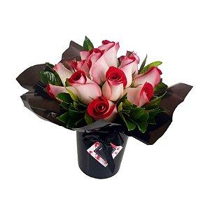 La Magie de Rosas Mescladas com Cachepot Preto