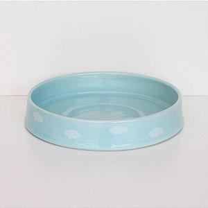 Bandeja redonda de louça azul com nuvens