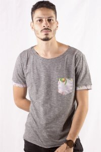 CAMISETA MASCULINA COM BOLSO APPLE