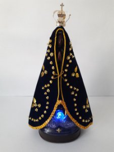 Nossa Senhora Luminosa que Reza Terço com Manto e Coroa