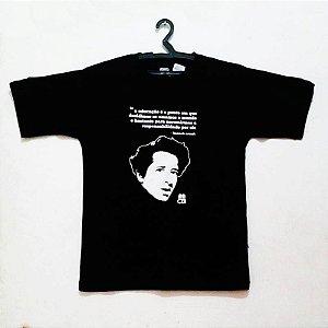 Camisa com Estampa de Hannah Arendt