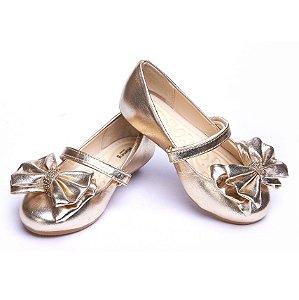 Sapato em Couro. Cor Dourada. Laço Duplo. Fecho Velcro.
