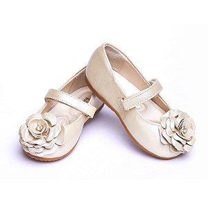 Sapato Couro Perolizado. Detalhe Flor de Couro. Fecho Velcro.