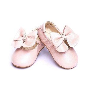 Sapato Baby Couro. Rosa Perolizado. Detalhe Laço. Fecho Fivela.