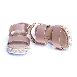 Sandália. Sintética. Rosê Metalizado. Sola Tratorada. Fecho Velcro.