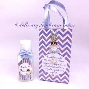 Lembrancinha Maternidade - Sacolinha personalizada com terço mini hidratante 40 ml com laço