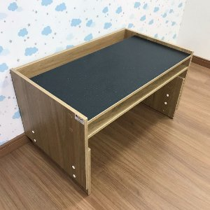 Mesa infantil com regulagem de altura grande com 83cm de largura cor itapuã tampo blackdots