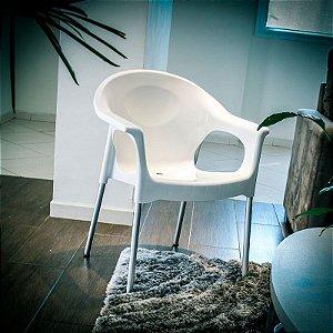 Cadeira plástica poltrona com pés em alumínio