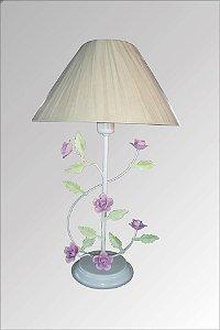 Abajur de ferro branco decorado com flores e cupula