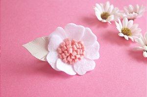Flor de Feltro com detalhe em couro