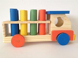 Caminhão de madeira com pinos coloridos