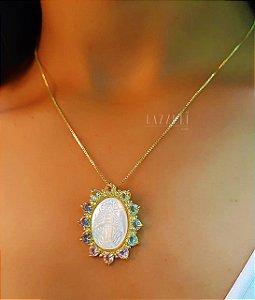 Colar Mandala Oval Nossa Senhora das Graças com Zircônia Colorida e Madrepérola Banhado em Ouro18k