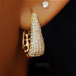 """Brinco Mini """"V"""" 2.8 cm Luxury com Micro Zircônias Banhado em Ouro18k"""