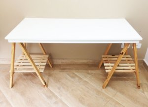 Mesa mdf branco com cavalete madeira pinus 130 cm x 60 cm