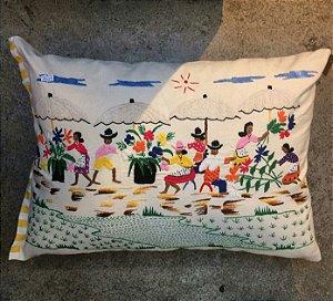 Almofada em algodão e lona bordada a mão cenas de madagascar