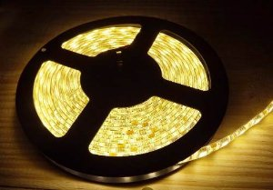 Fita LED 5050 Branco Quente 3000k Siliconada Prova D'água 5 Metros + Fonte