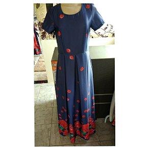 vestido marinho com barra vermelha de rosas