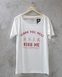 Camiseta Gola Canoa Branca Kiss Me