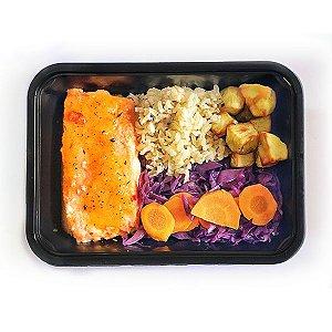 Salmão com legumes e chutney de maracujá, e arroz integral