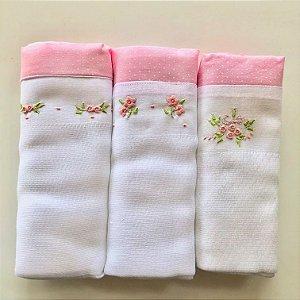 Kit com 3 fraldas bordadas à mão - florzinhas cor de rosa