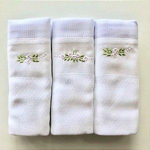 Kit com 3 fraldas bordadas à mão - flores brancas e rosas
