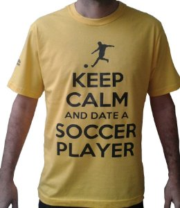 "Camiseta Amarela - ""KEEP CALM AND DATE A SOCCER PLAYER"""