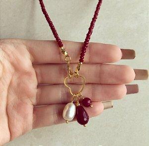Corrente Cristais Vermelho Marsala com Fecho de Coração Frontal e Pedra Natural Jade Rubelita e Pérola de Água Doce Dourado