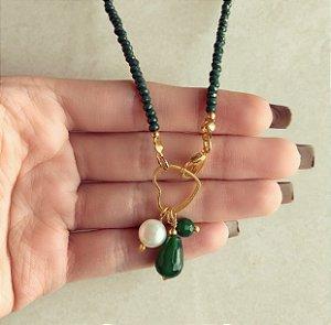 Corrente Cristais Verde Esmeralda com Fecho de Coração Frontal e Pedra Natural Jade Esmeralda e Pérola de Água Doce Dourado