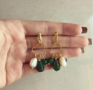 Brinco Coração Vazado com Pedra Natural Jade Esmeralda e Pérola de Água Doce Dourado