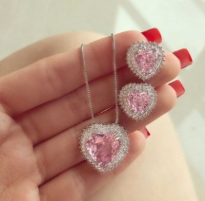 Conjunto Luxuoso Coração Mil Zircônias Diamond e Safira Rosa Ródio Branco