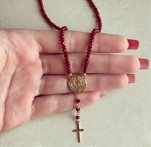 Corrente Cristais Vermelho Marsala com Medalha de São Bento Dourado