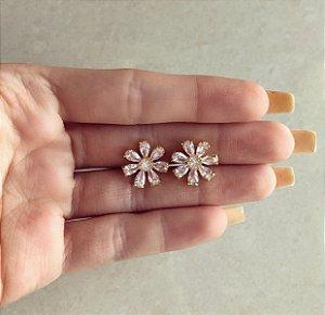 Brinco Flor de Zircônias Diamond Dourado