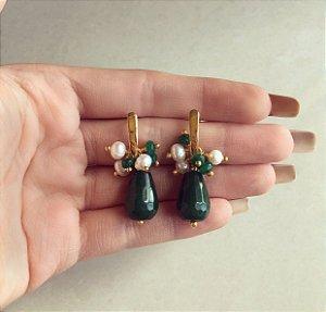 Brinco Cacho Pedra Natural Jade Esmeralda e Pérola de Água Doce Dourado