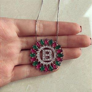 """Corrente Letra """"B"""" Mandala Zircônias Rosa Pink/Esmeralda Ródio Branco"""