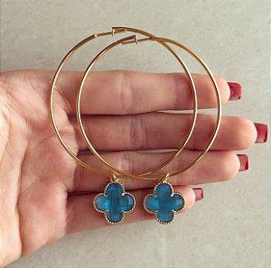 Argola Pingente Flor de Acrílico Azul Topázio Dourado