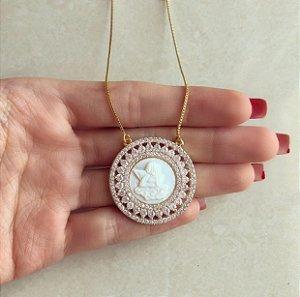Corrente Mandala Anjo na Madre Pérola com Cravação de Mil Zircônias Diamond Dourado