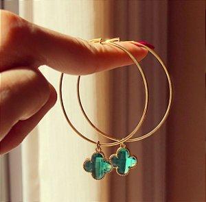 Argola Pingente Flor de Acrílico Verde Esmeralda Dourado