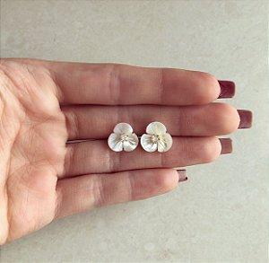 Brinco Flor Madre Pérola Com Pingo de Zircônia Diamond Dourado