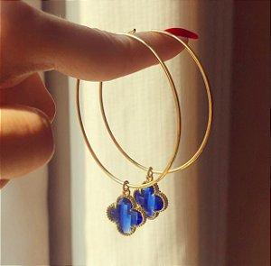 Argola Pingente Flor de Acrílico Azul Marinho Dourado