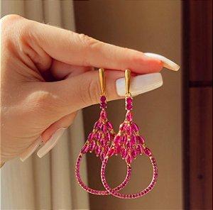 Brinco Zurique Luxo Cravação Zircônias Safira Pink Dourado