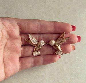 Brinco Pássaro Esmaltado Marfim Pérolado Dourado