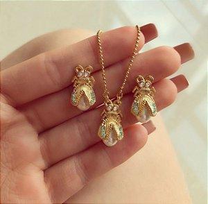 Conjunto Luxo Abelha com Zircônia Diamond, Esmeralda e Pérola no Dourado