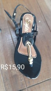 Sandália preta em detalhe abs