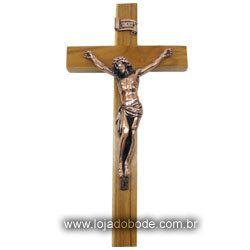 Crucifixo em Madeira Clara e imagem metalizada em Bronze