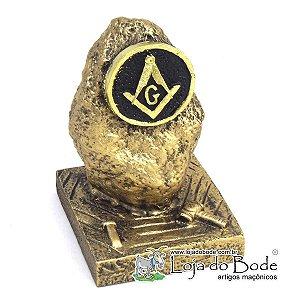 Pedra Bruta com Maço e Cinzel e Simbolo Maçônico
