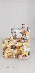 Urso na maquina de costura