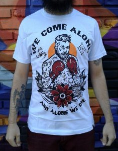 Camiseta Be Strong - We Come alone and alone we die