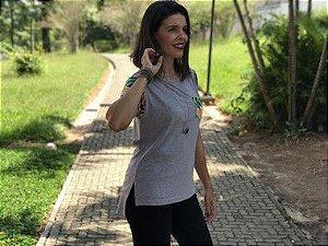 Camiseta feminina cinza mescla com bolso e manga florido
