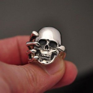 Anel Caveira e mão de esqueleto em prata 950k