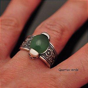 Anel Pedra natural Quartzo Verde com caveiras em prata 950k